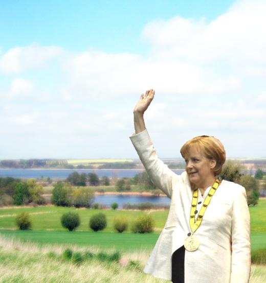 Merkel beim Wahlfang in typischer Anglerpose…<br /><small>Quelle: http://kamelopedia.net/index.php/Datei:Angelapose.jpg</small>